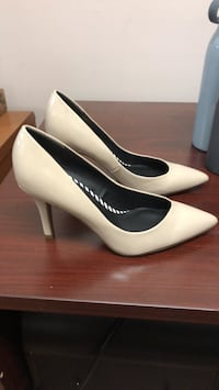pair of white leather pointed-toe pumps Toronto, M9W 2W2