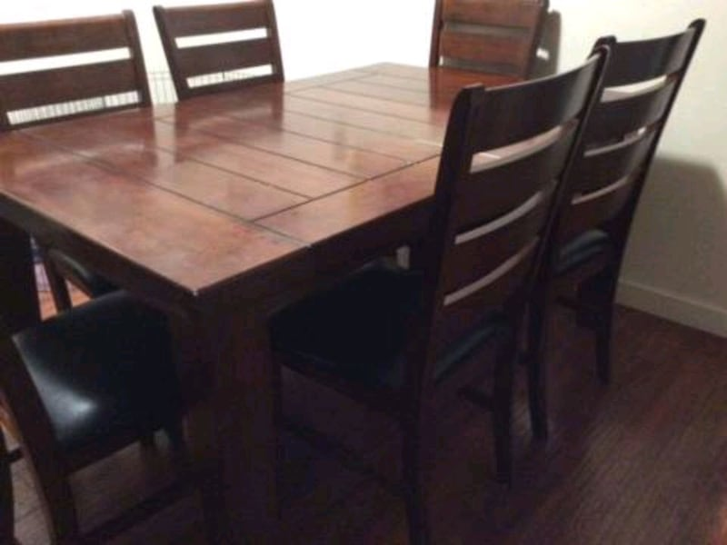 Dining table and chairs 25c9075d-0fb8-4700-9922-feaa72ce1b3e