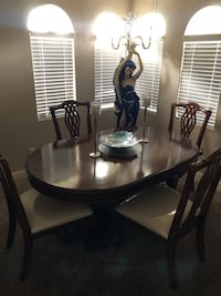 Dining room table and six chairs two leaves  Las Vegas, 89117
