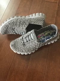 Ladies size 7 slip on sketchers/ click details