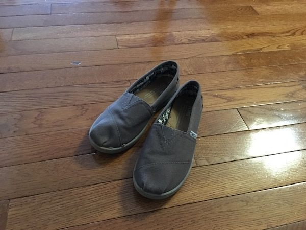 TOMS SHOES ( size youth 3)