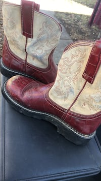 white-and-maroon deep-scallop round-toe roper-heeled cowboy boots Terre Haute, 47805