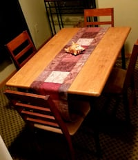 rectangular brown wooden table with four chairs di Akron, 44305