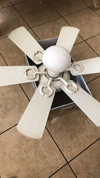 White 6-blade ceiling fan with lamp fixture Joshua Tree, 92252