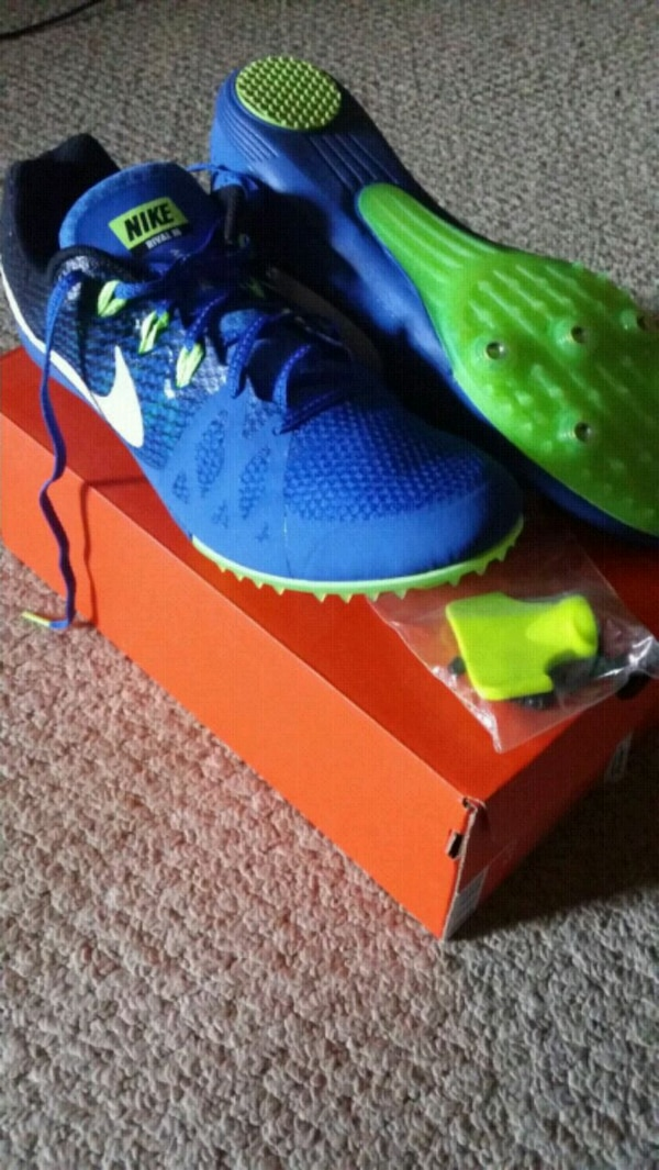 unpaired blue and green Nike running shoe with box