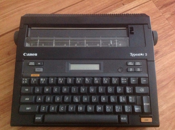 Electronic typewriter 23f7895f-9a5f-443e-9a7d-5df7d554bcce