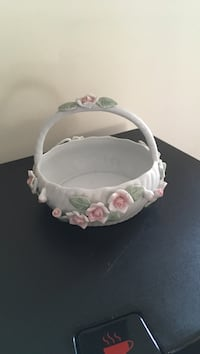 white and pink floral emboss ceramic fruit basket Toronto, M4A 0A3