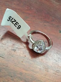 925 SILVER & CRYSTAL RING SIZE 9 3151 km