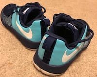 Pair of Nike running shoes size 5 y Friendswood, 77546