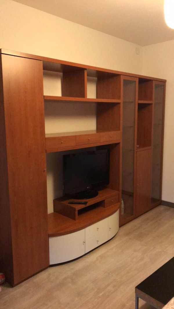 Scrivania computer in legno marrone con hutch