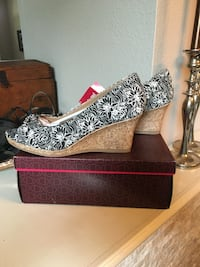 Pair of black-and-white floral wedges with box Saginaw, 76179