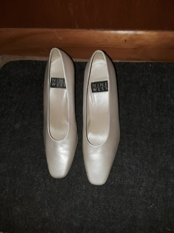Dress Pumps / Shoes size 7. Off-White, Like New, Cream Colored Pumps  bb88cbe3-d7a0-4808-b1b8-ef43d5f8cf38