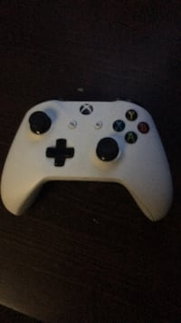 Xbox one controller white brand new condition  Toronto, M2N 1E7