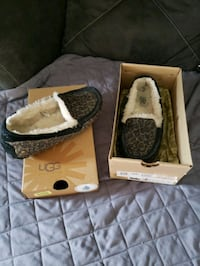 Size 7 ugg slippers  Des Moines, 50317