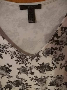 women's white and gray floral Forever 21 scoop neck top