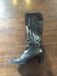 Unpaired black patent leather side-zip heeled boot