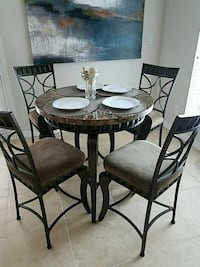New round brown table with four chairs dining s Houston, 77081