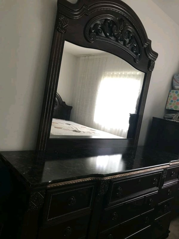 Bedroom Set Queen Size (Negotiable) ba1e4dcb-b275-4bcb-a4ba-3b87384db410