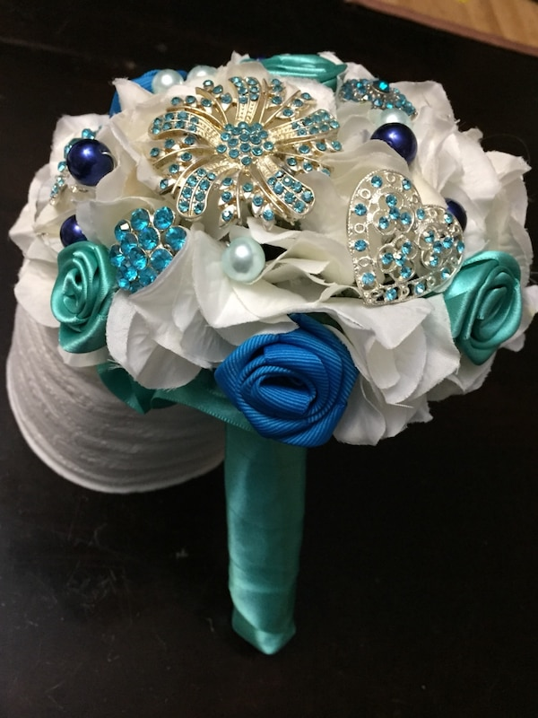 Brooch bouquet 1692187e-282b-4090-9684-f93be0696935