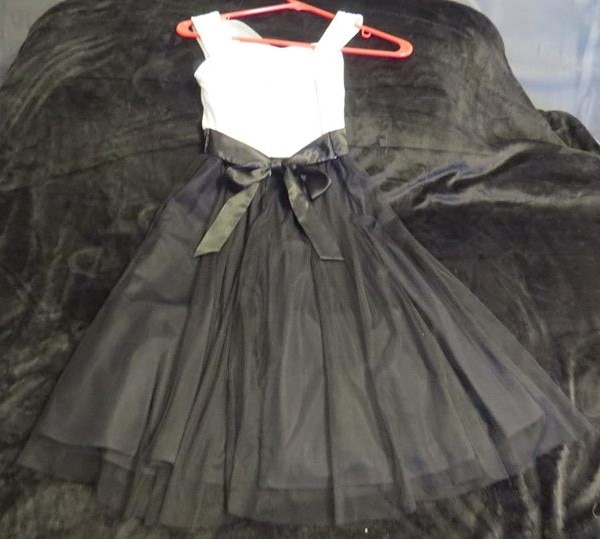 BEAUTIFUL BLACK AND WHITE SHEER ALL OCASSION DRESS SIZE 7. ASKING $25.00 d36adda8-8c3f-44bb-9e2e-911f848abbae