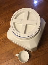 Animals food container