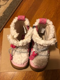 New in box toddler girls size 8 UGG boots 20 mi