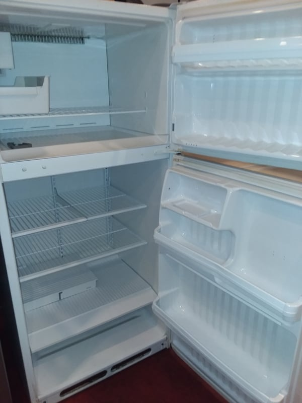 Ge top and bottom refrigerator excellent condition  a13d13f1-a3ed-4ce9-93d8-b3002767f284