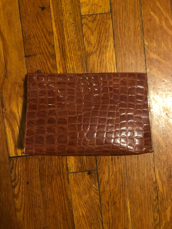 Women's makeup travel bag paid $32 fo leather. Great condition 3cb00d0c-56ff-4546-98fb-ef7bb0aa67df