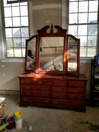 Very nice dresser w/ mirror Chantilly, 20152
