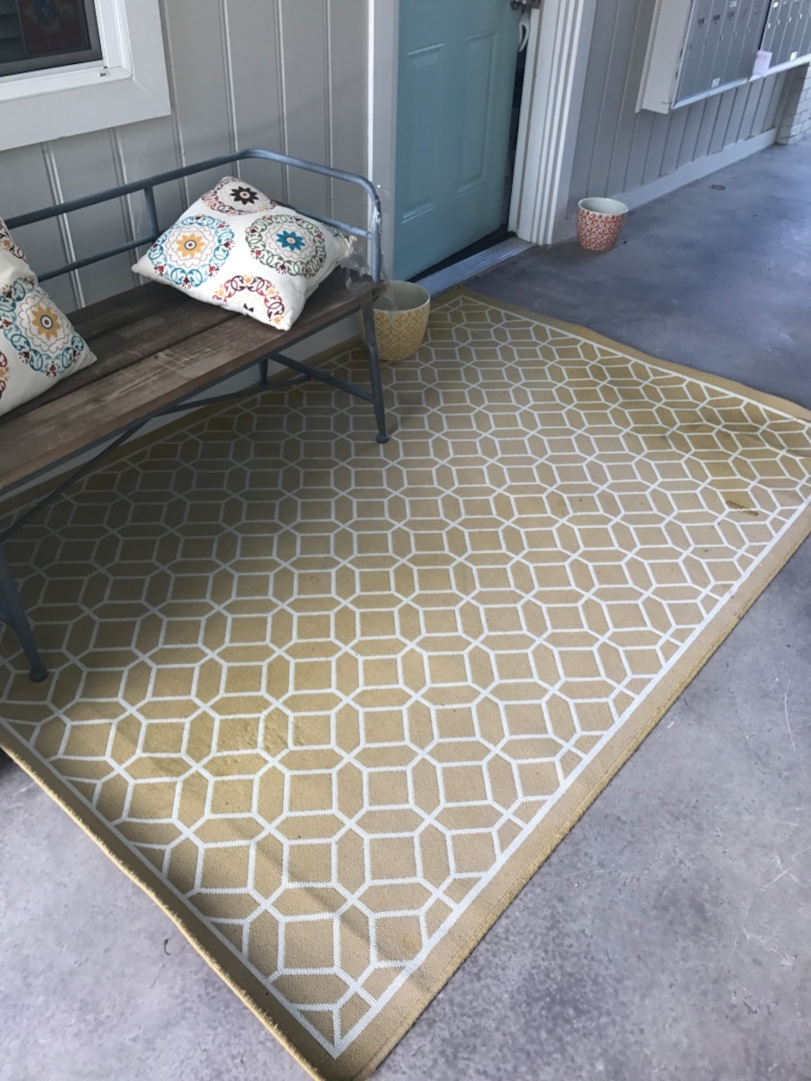 used yellow and white area rug 5x7 in dallas. Black Bedroom Furniture Sets. Home Design Ideas