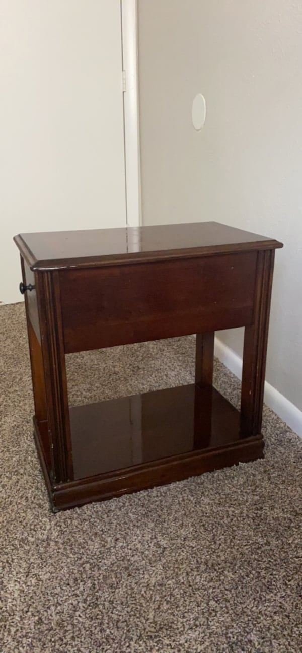 Nightstand ( Willing to negotiate price !) 73888262-fbc7-4251-a295-0406573646ec