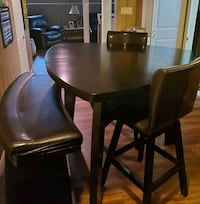 Beautiful dinning room table w/ 2 leather stools and 1 leather bench.  Allen Park, 48101
