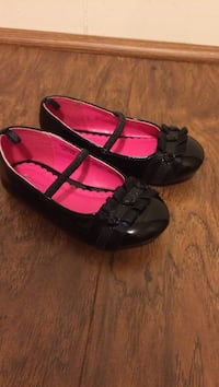 Size 6 toddler shoes. Great for the upcoming holidays! Wore once. Smoke free home