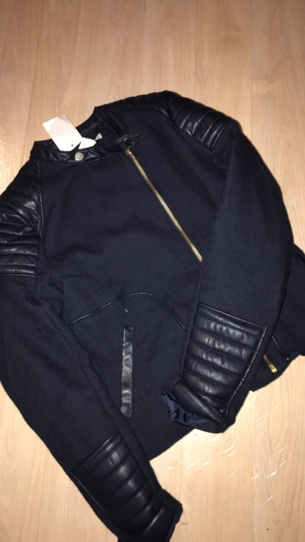 svart zip-up jacka