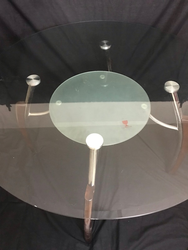 Round glass dining table dd40a578-e210-4deb-a709-0af8d9ec44b0