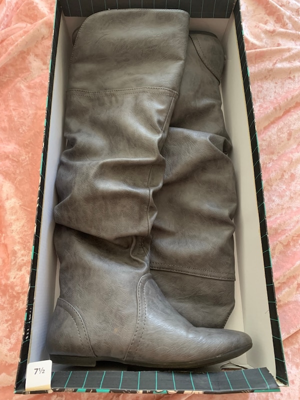 Excellent condition women's grey leather boots size 7 1/2 $15 Like new!
