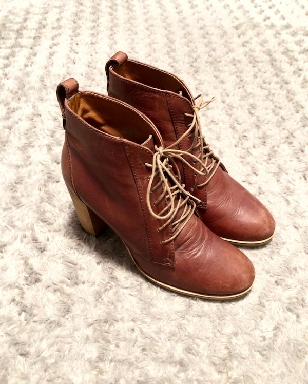 Women's Madewell 1937 boots paid $198 size 7 leather lace up booties. Color dark brown. Minor creasing around the toe area other then that good condition!