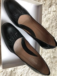 Pair of black 7 1/2 Kenneth Cole  leather heeled shoes 579 mi