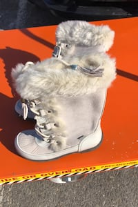 Nee psir of besutiful suede and fur ladies size. 7 Boots.