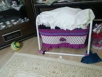 mor ve beyaz polka-dot bassinet