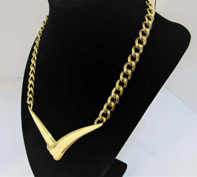 1970's VINTAGE MONET ENAMEL AND GOLD TONE CHOKER NECKLACE b3ed0957-92cd-48b4-897a-3dd6c20722c0