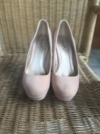 slightly worn nude pumps. size 7  Dundee, 48131