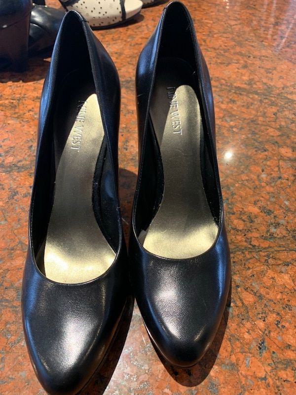 pair of black leather pumps d3b27658-e40b-4507-bad8-40483273040a