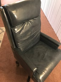 Navy blue leather swivel office chair Alexandria, 22309