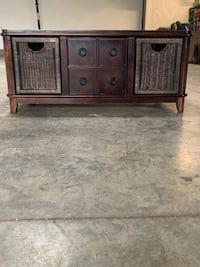 Chestnut brown coffee table with wicker baskets
