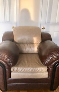One seater leather sofa; only 4 months old Toronto, M4X 1G2