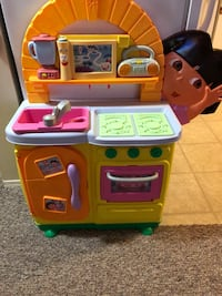 Dora kitchen , plays and sings music