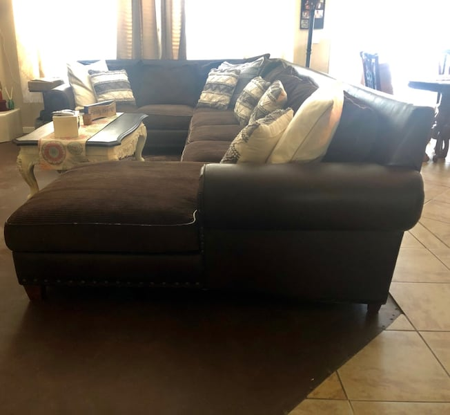 Couch/Sectional 2f9396e4-3ca7-44ee-a053-cefd0bb47992