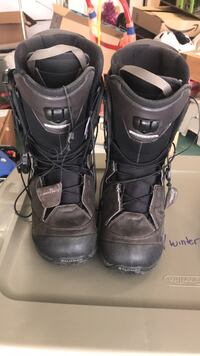 SALOMON SNOWBOARDING BOOTS Pair of black-and-gray snow boots Los Angeles, 90272