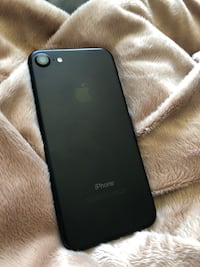 MINT UNLOCKED IPHONE 7 128GB *selling by the end of the weekend
